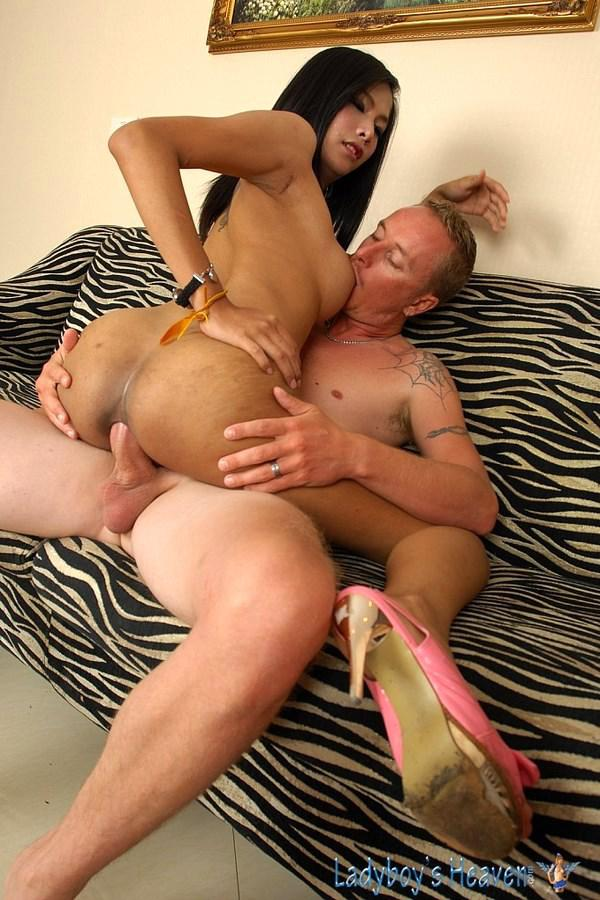 Cocksucking Tgirl Gets Her Butt Fingered